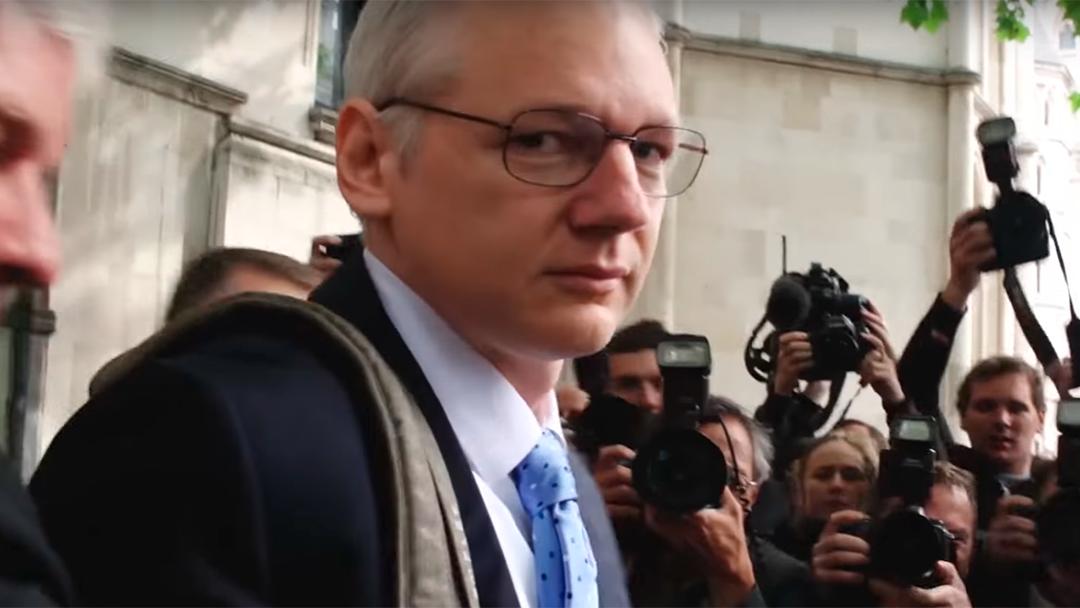 Julian Assange viendo a la cámara de un reportero