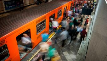 Metro de la Ciudad de México en hora pico
