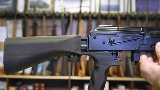Rifle AK con Bump Stock añadido a su parte trasera