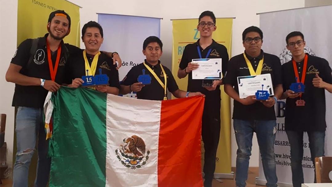 Los ganadores del IPN de un concurso de robótica.