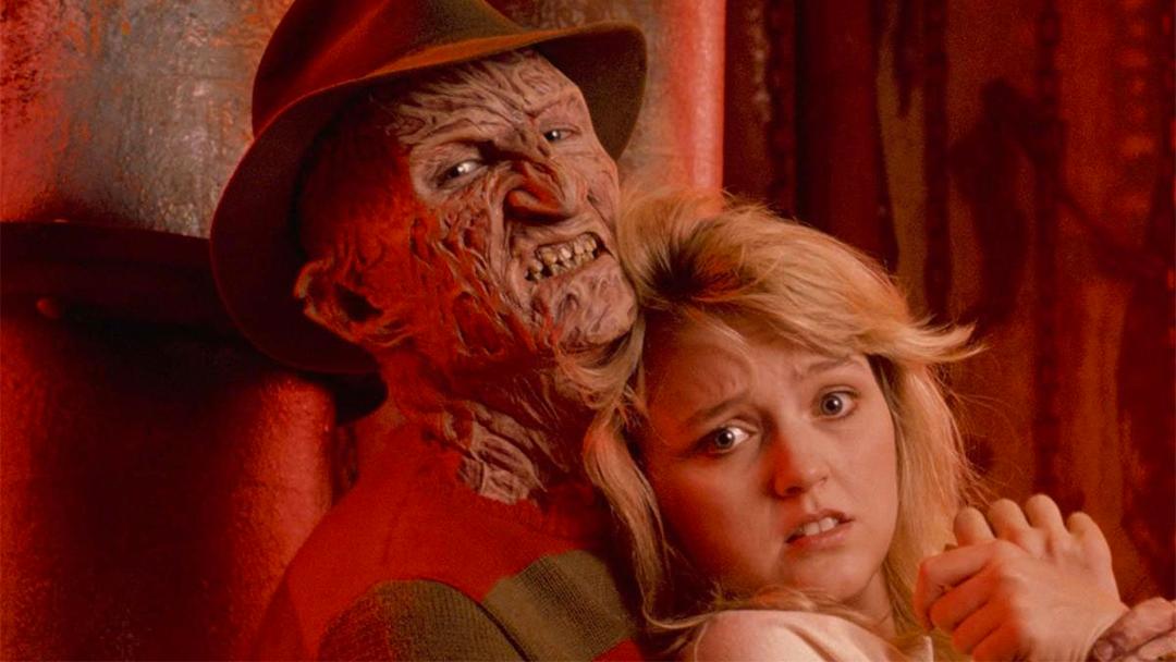 Freddy Krueger al lado de una de sus victimas