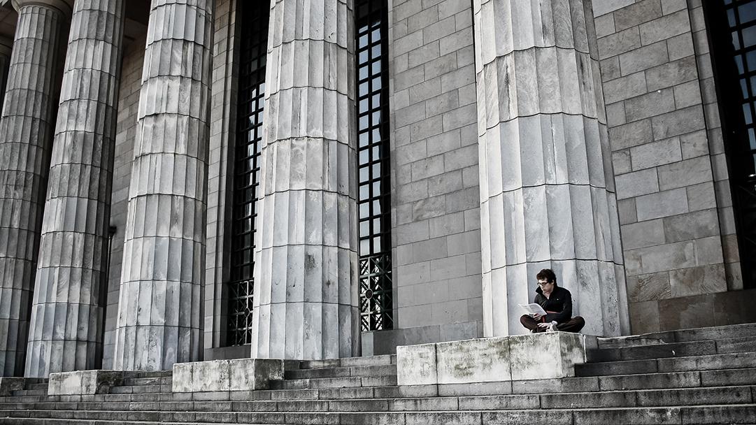 Un hombre lee en las escaleras