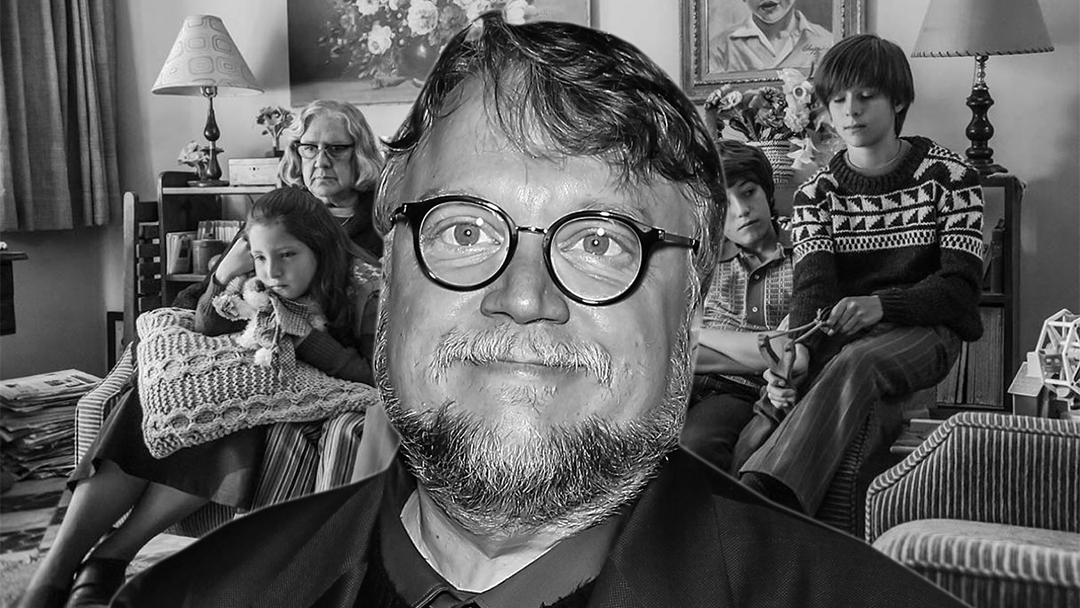 Guillermo del Toro adelante de una escena de Roma
