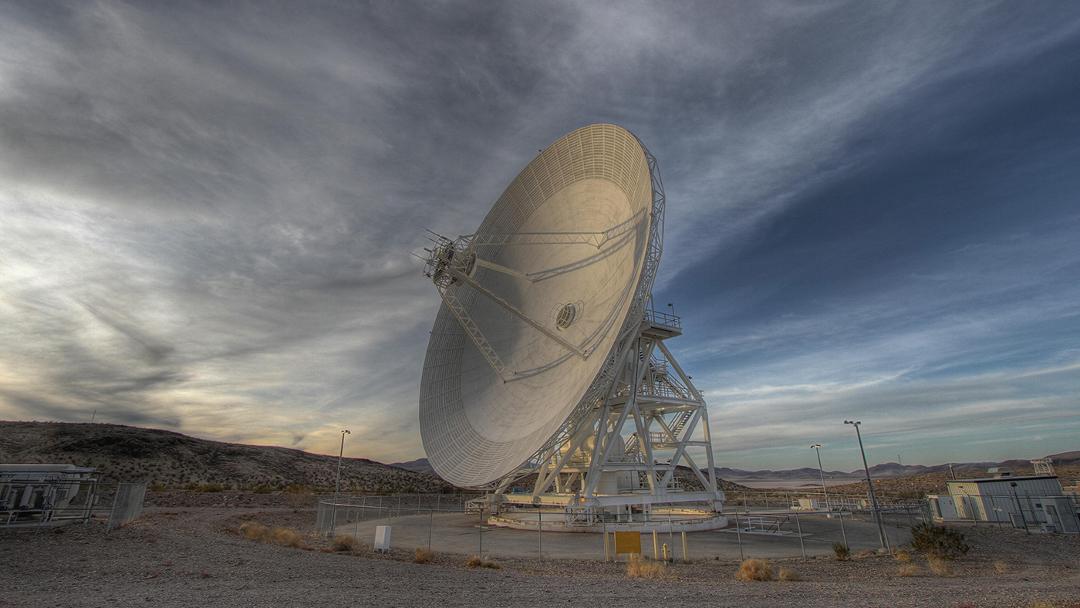 Una antena de guía de onda de 34,5 metros de Goldstone rastrea una nave espacial a medida que aparece. (NASA / JPL-Caltech)