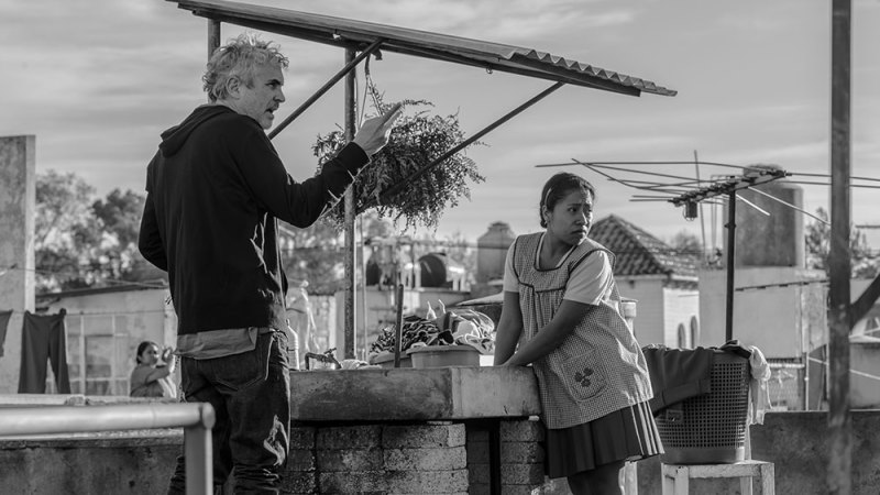 Alfonso Cuarón dirigiendo a una actriz en Roma