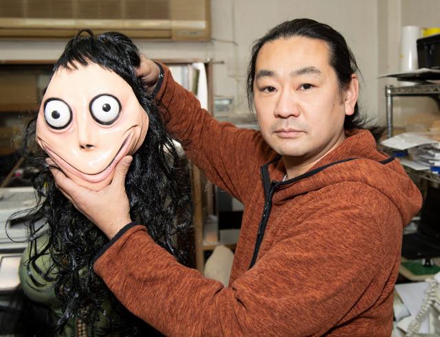 El artista japonés Keisuke junto a una máscara de Momo