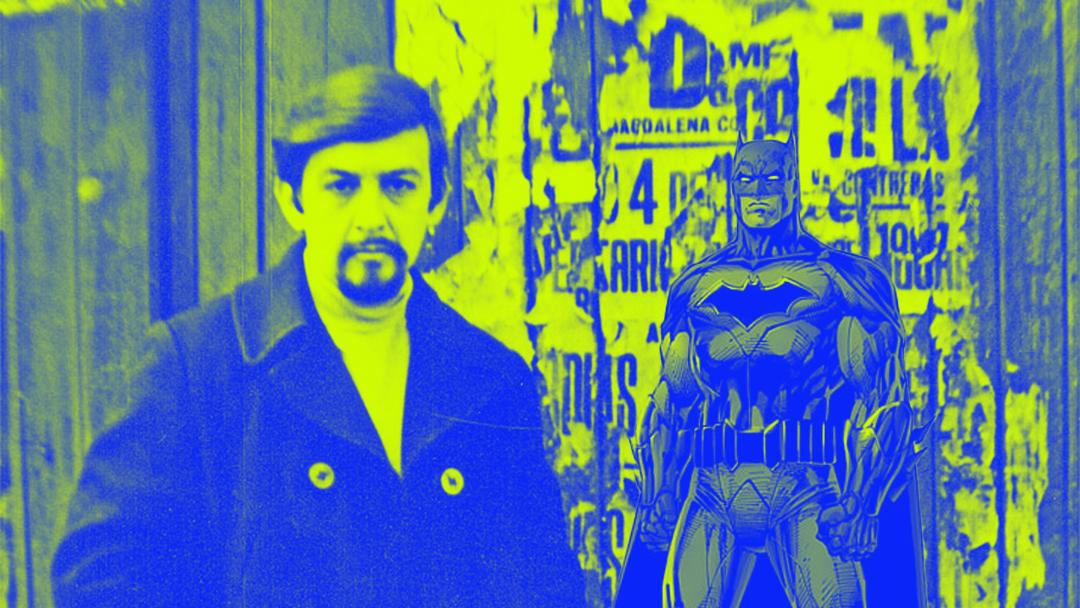 El poeta mexicano José Carlos Becerra con Batman
