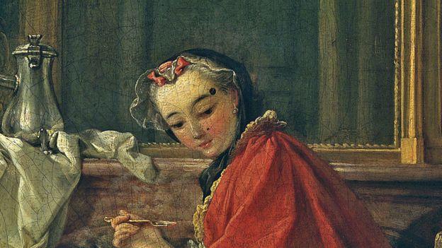 Mujer con una capa roja y dos lunares en la cara