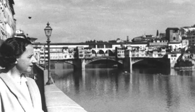 María Zambrano en el sena un rio en el fondo