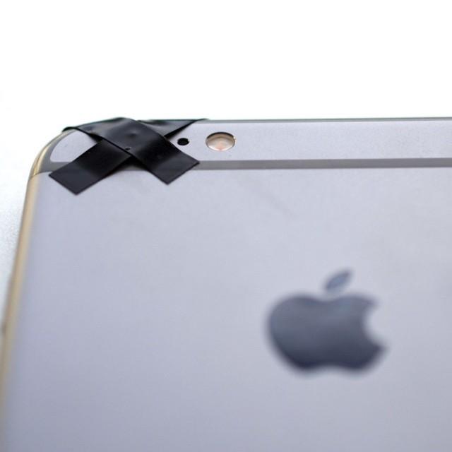 Cámara de iPhone cubierta de cinta negra