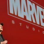 Kevin Feige con el logo de Marvel en color rojo al fondo