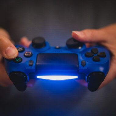Un gamer juega con un control de PS4