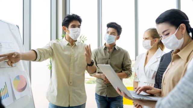 Hablar aumenta el riesgo de infectarse de coronavirus