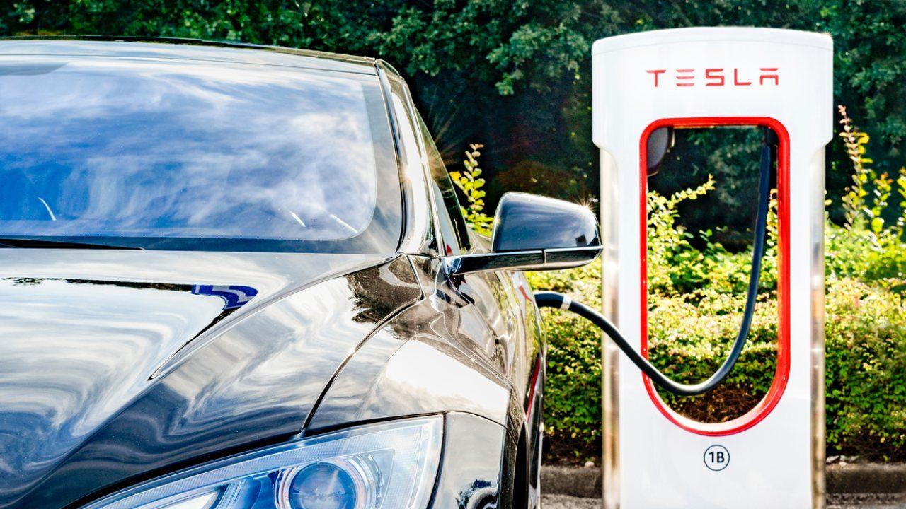 Tesla adelantará el lanzamiento de su auto eléctrico más barato